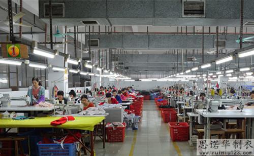 哪里的冲锋衣厂家定做更专业?