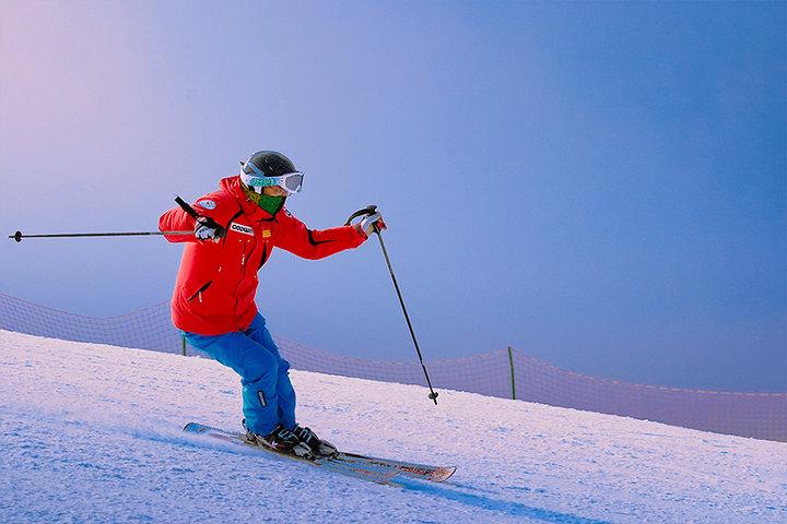 没有滑雪服,滑雪时用冲锋衣可以替代吗?